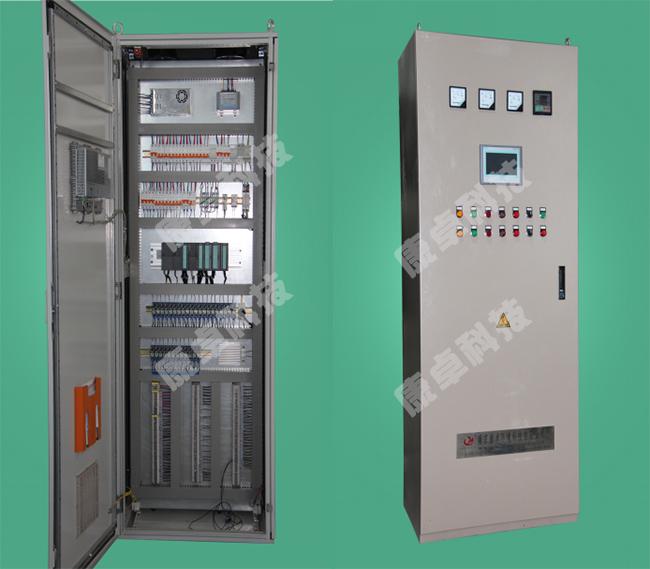 如上图所示,在现场控制层,现场各设备状态信号输入PLC的开关量输入模块(DI模块),PLC的CPU通过逻辑运算和数据转换成为控制信号,由开关量输出模块(DO模块)输出信号,控制各泵动作,同时PLC将采集到的各设备的状态信号传输上位机控制系统,由上位机组态软件直观形象的显示出来。另外通过现场仪器仪表对系统的参数进行测量,并将所测的数据传输至PLC的输入模块中,PLC根据从控制上位机上设定的各项参数(各液位的高度等)实现对系统的全自动控制。由上图可知,在现场控制层的所有信号的采集和传输全部通过PLC来实现;上